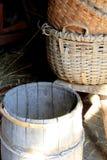 Υφαμένα χέρι καλάθια και βαρέλια στην πόρτα σιταποθηκών Στοκ Φωτογραφίες