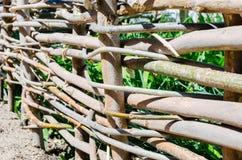 Υφαμένος ξύλινος φράκτης φιαγμένος από λεπτούς παλαιούς κλαδίσκους Στοκ φωτογραφία με δικαίωμα ελεύθερης χρήσης