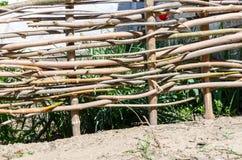 Υφαμένος ξύλινος φράκτης φιαγμένος από λεπτούς παλαιούς κλαδίσκους Στοκ εικόνες με δικαίωμα ελεύθερης χρήσης