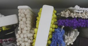 Υφαντικά εξαρτήματα και άλλα υλικά για το ράψιμο των ενδυμάτων απόθεμα βίντεο