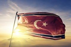 Υφαντικό ύφασμα υφασμάτων σημαιών Κινήματος Free Aceh Movement που κυματίζει στη τοπ ομίχλη υδρονέφωσης ανατολής στοκ εικόνες με δικαίωμα ελεύθερης χρήσης