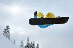 υψηλά βουνά άλματος snowboarder Στοκ Εικόνα