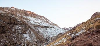 Υψηλά βουνά ατλάντων Περπατώντας ίχνος πεζοπορίας Μαρόκο, χειμώνας  Στοκ Εικόνες