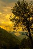 Υψηλά βουνά, χωριά και ζωή ορεινών περιοχών Είστε έτοιμοι για ένα συμπαθητικό ταξίδι; στοκ εικόνες
