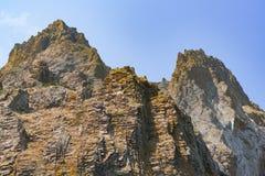 Υψηλά δύσκολα βουνά στο υπόβαθρο ουρανού Στοκ φωτογραφία με δικαίωμα ελεύθερης χρήσης