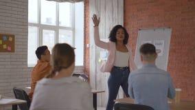 Υψηλά πέντε Ελκυστικός χαρισματικός δάσκαλος κοριτσιών με τους σπουδαστές στην κατηγορία οικονομικών 4K απόθεμα βίντεο