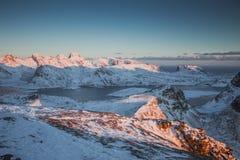 Υψηλά χιονισμένα βουνά και περάσματα που περιβάλλονται από τους κόλπους της θάλασσας στοκ εικόνες με δικαίωμα ελεύθερης χρήσης