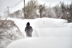 Υψηλά snowdrifts στο δρόμο Στοκ φωτογραφία με δικαίωμα ελεύθερης χρήσης