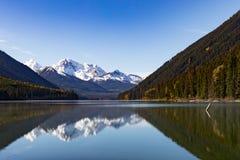 Υψηλές χιονώδεις αιχμές που αντανακλώνται στη λίμνη Π.Χ. Καναδάς Duffey στοκ εικόνες με δικαίωμα ελεύθερης χρήσης