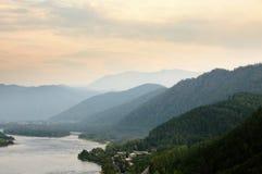 Υψηλές όχθεις του ποταμού Yenisey κοντά στην πόλη Sayanogorsk, Khakassia, Ρωσία στοκ εικόνα με δικαίωμα ελεύθερης χρήσης