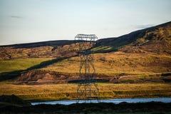 Υψηλής τάσεως γραμμές στην Ισλανδία ενάντια στο άπειρο διάστημα Στοκ Εικόνες