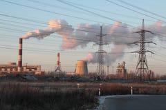 Υψηλής τάσεως εγκαταστάσεις θερμικής παραγωγής ενέργειας ηλεκτροφόρων καλωδίων στοκ φωτογραφία με δικαίωμα ελεύθερης χρήσης