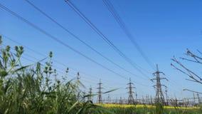 Υψηλής τάσεως ηλεκτροφόρα καλώδια σταθμός διανομής ηλεκτρικής ενέργειας απόθεμα βίντεο