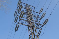Υψηλής τάσεως ηλεκτροφόρο καλώδιο 110 kV, υποστήριξη μετάλλων, καλώδια, μονωτές, ενάντια στο μπλε ουρανό στοκ εικόνα με δικαίωμα ελεύθερης χρήσης