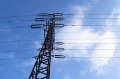 Υψηλής τάσεως ηλεκτροφόρο καλώδιο 110 kV, υποστήριξη μετάλλων, καλώδια, μονωτές, ενάντια στο μπλε ουρανό στοκ εικόνες