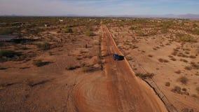 Υψηλή άποψη γωνίας μετά από το ανοιχτό φορτηγό σε έναν χαρακτηριστικό δρόμο ερήμων της Αριζόνα απόθεμα βίντεο