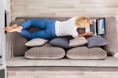 Υψηλή άποψη γωνίας της γυναίκας που χρησιμοποιεί το lap-top Στοκ φωτογραφία με δικαίωμα ελεύθερης χρήσης