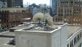 Υψηλή άποψη γωνίας της Νέας Υόρκης της πόλης και των πιάτων επικοινωνιών Διαδικτύου andd στοκ εικόνα με δικαίωμα ελεύθερης χρήσης