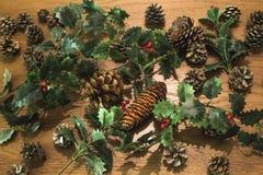 Υψηλή άποψη γωνίας των διακοσμήσεων Χριστουγέννων στο ξύλινο υπόβαθρο στοκ φωτογραφία