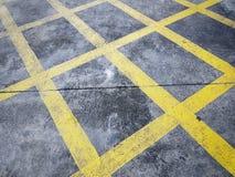 Υψηλή άποψη γωνίας των κίτρινων πλεγμάτων κυκλοφορίας στην οδό ως καμία ζώνη χώρων στάθμευσης στοκ εικόνα με δικαίωμα ελεύθερης χρήσης