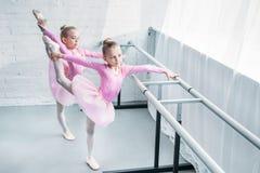 υψηλή άποψη γωνίας χαριτωμένου λίγο τέντωμα χορευτών μπαλέτου στοκ φωτογραφία με δικαίωμα ελεύθερης χρήσης