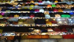 Υψηλή άποψη του ζωηρόχρωμου λιανικού καταστήματος σκηνών με το φως νύχτας στην αγορά νύχτας της Fai ράβδων Talad απόθεμα βίντεο