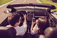Υψηλή γωνία που πυροβολείται του brunet συζύγου οδηγών, sho γυναικείων συζύγων brunette Στοκ φωτογραφίες με δικαίωμα ελεύθερης χρήσης