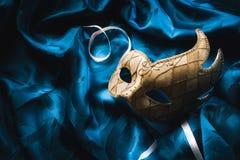 Υψηλή εικόνα αντίθεσης μιας ενετικής μάσκας στο μπλε ύφασμα στοκ φωτογραφία με δικαίωμα ελεύθερης χρήσης