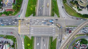 Υψηλή κυκλοφορία στην πολυ βαλμένη σε στρώσεις διατομή εθνικών οδών σε Subang Jaya, Κουάλα Λουμπούρ στοκ φωτογραφία με δικαίωμα ελεύθερης χρήσης