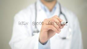 Υψηλή πίεση αίματος, γιατρός που γράφει στη διαφανή οθόνη Στοκ Φωτογραφία