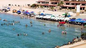 Υψηλή παλίρροια και προμηθευτές στην αμμώδη παραλία, δύσκολο σημείο, Μεξικό στοκ φωτογραφία με δικαίωμα ελεύθερης χρήσης