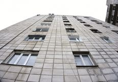 υψηλή σύγχρονη άνοδος κτηρίου διαμερισμάτων στοκ φωτογραφίες