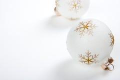 Υψηλοί βασικοί βολβοί Χριστουγέννων στην άσπρη ανασκόπηση Στοκ φωτογραφία με δικαίωμα ελεύθερης χρήσης