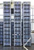Υψηλοί σωροί των γκρίζων κλουβιών Στοκ φωτογραφία με δικαίωμα ελεύθερης χρήσης