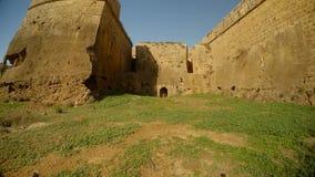 Υψηλοί τοίχοι και βαθιά τάφρος του μεσαιωνικού φρουρίου της άποψης Famagusta από κάτω από φιλμ μικρού μήκους