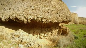 Υψηλοί τοίχοι και βαθιά τάφρος του μεσαιωνικού φρουρίου Famagusta φιλμ μικρού μήκους