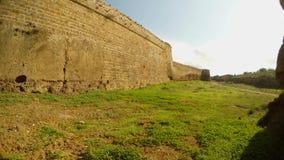 Υψηλοί τοίχοι σε μια βαθιά τάφρο του μεσαιωνικού φρουρίου Famagusta απόθεμα βίντεο