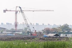 Υψηλός γερανός στο εργοτάξιο οικοδομής στοκ φωτογραφία με δικαίωμα ελεύθερης χρήσης