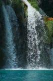 Υψηλός καταρράκτης, το νερό που ρέει από τους βράχους στη λίμνη εθνικοί καταρράκτες plitvice πάρκων λιμνών Στοκ εικόνα με δικαίωμα ελεύθερης χρήσης