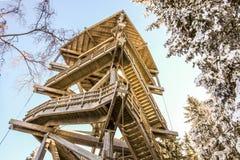 Υψηλός ξύλινος πύργος παρατήρησης με την εξέταση της πλατφόρμας πάνω από το χιονοδρομικό κέντρο Semmering, Αυστρία στοκ εικόνα με δικαίωμα ελεύθερης χρήσης