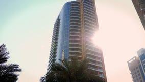 Υψηλός ουρανοξύστης γυαλιού που βλέπει από το κατώτατο σημείο απόθεμα βίντεο