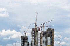 Υψηλός πύργος ανόδου της Σιγκαπούρης με το γερανό κάτω από την κατασκευή στοκ φωτογραφία