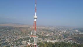 Υψηλός πύργος TV στο πάρκο Mtatsminda στο βουνό απόθεμα βίντεο
