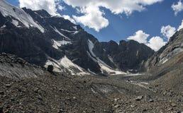Υψηλός στον παγετώνα και το μπλε ουρανό βουνών στοκ εικόνες