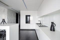 Υψηλός σχολιάστε την κομψή άσπρη κουζίνα στοκ φωτογραφίες
