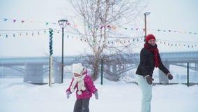 Υψηλός-Fiving της μητέρας και της κόρης σε μια αίθουσα παγοδρομίας πάγου απόθεμα βίντεο