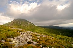 Υψηλότερα καλυμμένα αιχμή σύννεφα βουνών Στοκ εικόνες με δικαίωμα ελεύθερης χρήσης