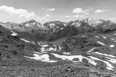 Υψηλό αλπικό τοπίο με τους τομείς και τις λίμνες χιονιού στην περιοχή Odino Arcalis Στοκ φωτογραφία με δικαίωμα ελεύθερης χρήσης