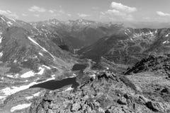 Υψηλό αλπικό τοπίο με τους τομείς και τις λίμνες χιονιού στην περιοχή Ordino Arcalis Στοκ εικόνες με δικαίωμα ελεύθερης χρήσης