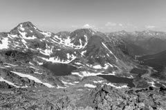 Υψηλό αλπικό τοπίο με τους τομείς και τις λίμνες χιονιού στην περιοχή Ordino Arcalis Στοκ φωτογραφία με δικαίωμα ελεύθερης χρήσης